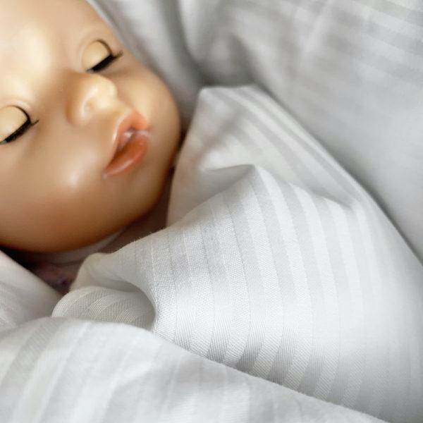Spokojené miminko v péřové zavinovačce Dráček
